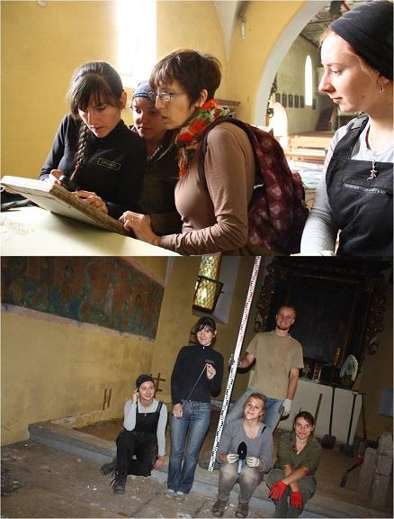 Archeologia jakubowa w Przecznie 2013 - dzień pierwszy - Pani Profesor i dziewczyny pochylają się z zaciekawieniem nad pierwszymi znaleziskami; ekipa nie traci ani na chwilę dobrego humoru!